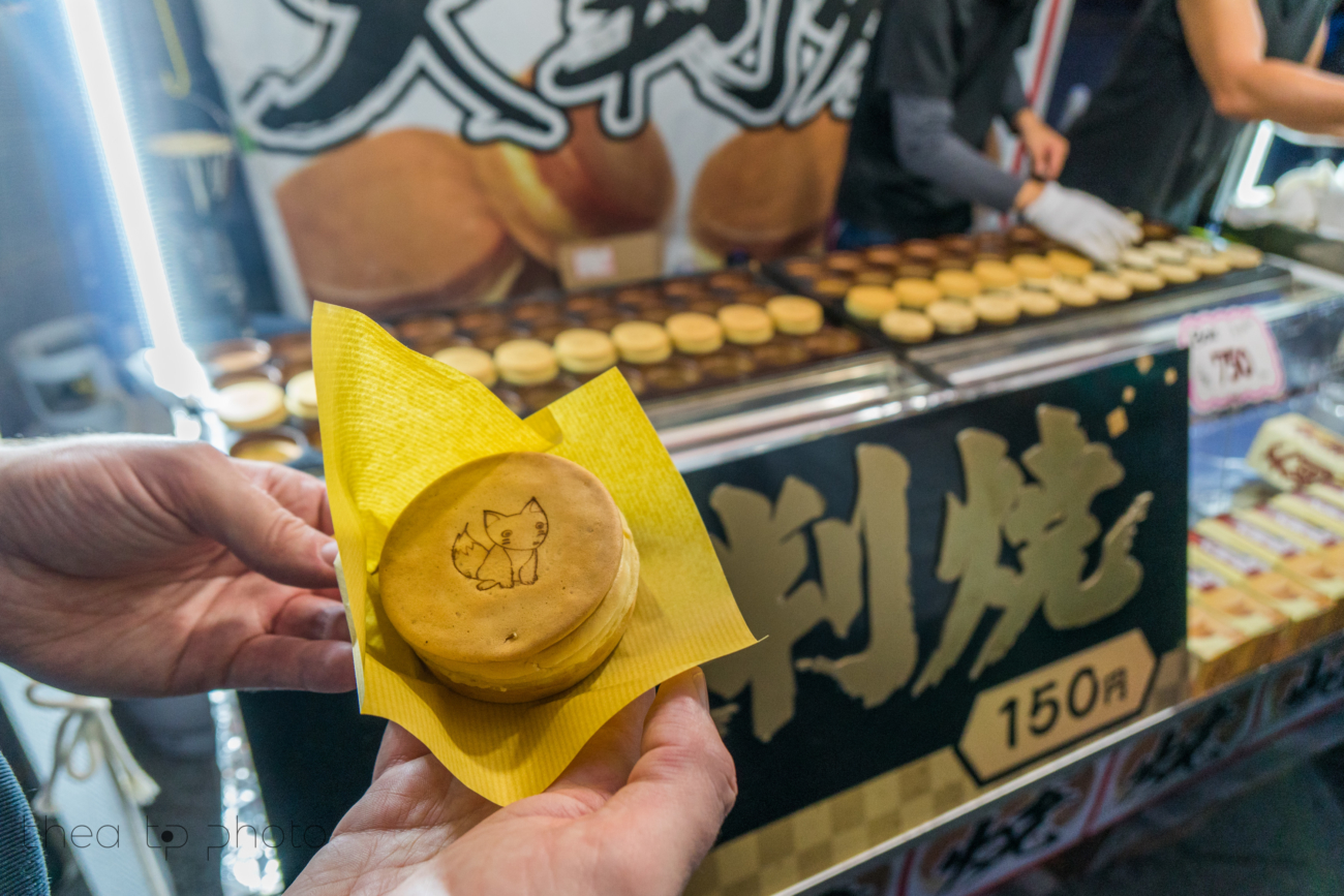 At the entrance you will find streetfood. These vanille creme cookies were delicious